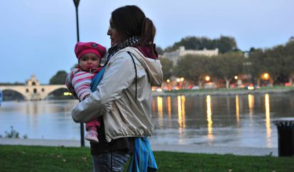 Rocío Veneros and her daughter in Avignon.
