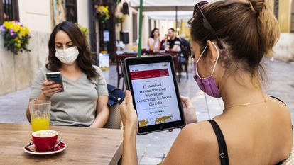 An EL PAÍS reader checks the news on a tablet in Valencia.