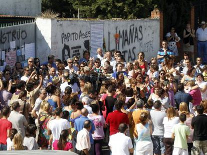 More than 200 people congregate outside the Bretón rural property last Friday.