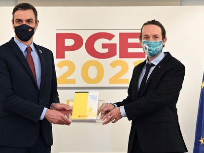 PM Pedro Sánchez (l) and Deputy PM Pablo Iglesias presenting the 2021 budget plan on Tuesday.
