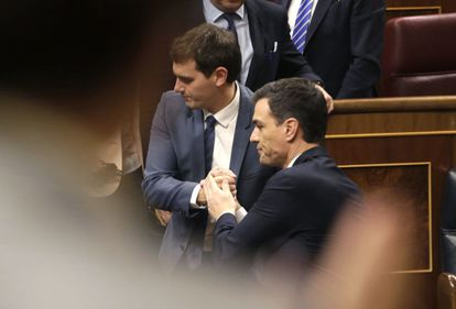 Ciudadanos leader Albert Rivera (left) and Socialist chief Pedro Sánchez in Congress.