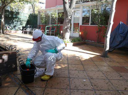 A Madrid firefighter disinfecting the Ave María senior home on Thursday.