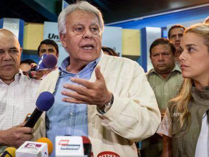 Felipe González speaks to the press alongside Lilian Tintori.