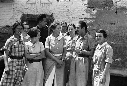 González Aguiló, a surgeon, with nurses from the Spanish Medical Aid Committee (SMAC), April 28, 1937, Poleñino, Huesca province.