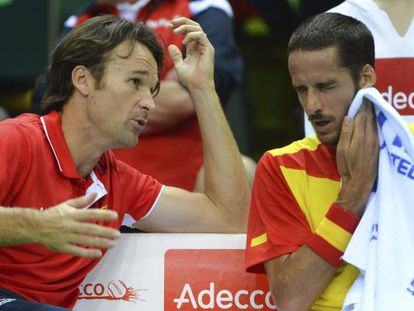 Spain captain Carlos Moyá speaks to Feliciano López during the latter's match against Florian Mayer.