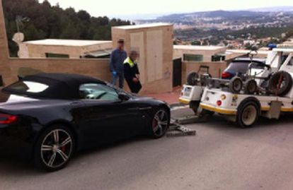 The police confiscate a luxury car belonging to one of the suspects in Barcelona.