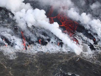Lava from Kilauea volcano in Hawái reaches Isaac Hale Beach Park on August 5, 2018.