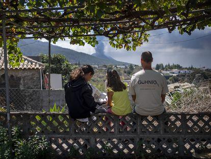 Aurelio Acevedo with his daughters in their home in El Paso, La Palma.
