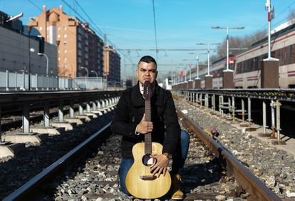 Physiotherapist Erwuin Contreras makes a living playing guitar in the subway and on commuter trains.