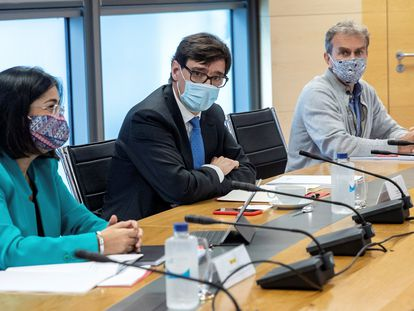 (l-r) Territorial Policy Minister Carolina Darias, Health Minister Salvador Illa and Fernando Simón, the director of the Health Ministry's Coordination Center for Health Alerts, on Thursday.