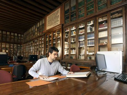 A student consults documents from the General Military Archive in Ávila.