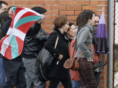 Inés del Río (third from right) leaves an A Coruña jail on Tuesday, accompanied by her lawyer and members of her family.