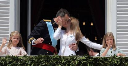 The new king and queen of Spain with their two daughters on the balcony of the Royal Palace.