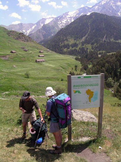 Hikers in the Gistau valley against a backdrop of el Posets (3,369 meters), the second-highest peak in the Pyrenees.