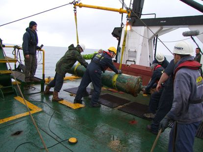 Odyssey workers hoisting a cannon from the 'HMS Victory' shipwreck in 2009.
