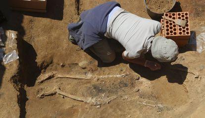 Anthropologist Victoria Peña with the bones found at the Tartessos site in Badajoz.
