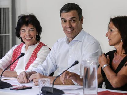 Pedro Sánchez (c) during a meeting with social associations.
