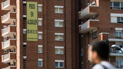 A sign advertising rental properties in Barcelona.