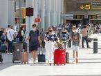 Turistas británicos llegan al aeropuerto de Palma de Mallorca el pasado 1 de julio