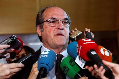 PSOE spokesman Ángel Gabilondo discusses the case before the press.