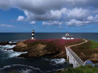 The lighthouse on Isla Pancha in Ribadeo (Lugo).