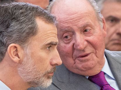 King Felipe VI of Spain (l) and emeritus king Juan Carlos attend the National Sports Awards 2017.