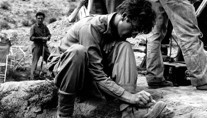 """John Lennon draws on his boots during the filming of """"How I won the war"""""""