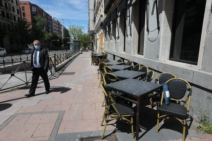 Under Phase 1, sidewalk cafés will be able to open, albeit at 30% of their usual capacity.