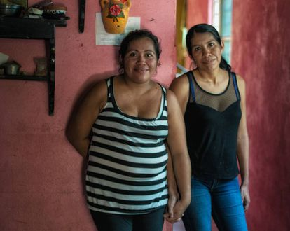 Sisters Mirna (35) and Nohemi (32). They left their house because their father abused them and now live in a town near Villahermosa, Tabasco. They say that on their street every woman who was able, has worked as a surrogate mother.