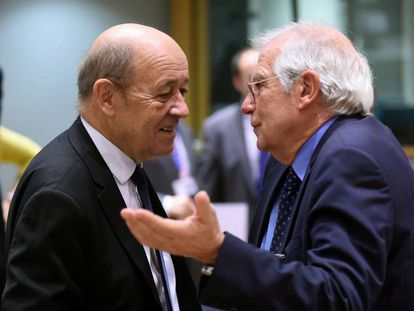 Spanish Foreign Minister Josep Borrell (r) with his French counterpart Jean Yves Le Drian.