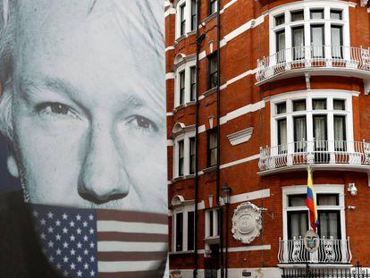 An image of Julian Assange next to the Ecuadorean embassy in London.