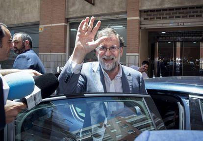 Rajoy outside the Registrar's Office in Santa Pola.