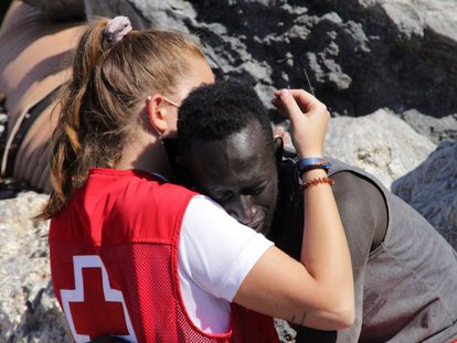 The image of a Red Cross worker hugging a migrant in Ceuta.