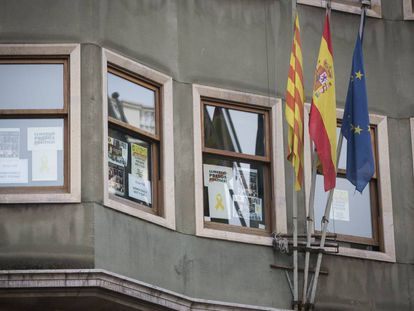 """Posters demanding freedom for """"political prisoners"""" in the Catalan Justice Department."""