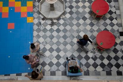 The library courtyard at San Francisco de Paula International School. FOTO: PACO PUENTES/EL PAIS