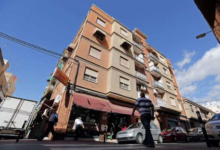 The building on Maestro Fernando Martín Street in Burjassot where a man jumped off the second floor just moments he was to be evicted.