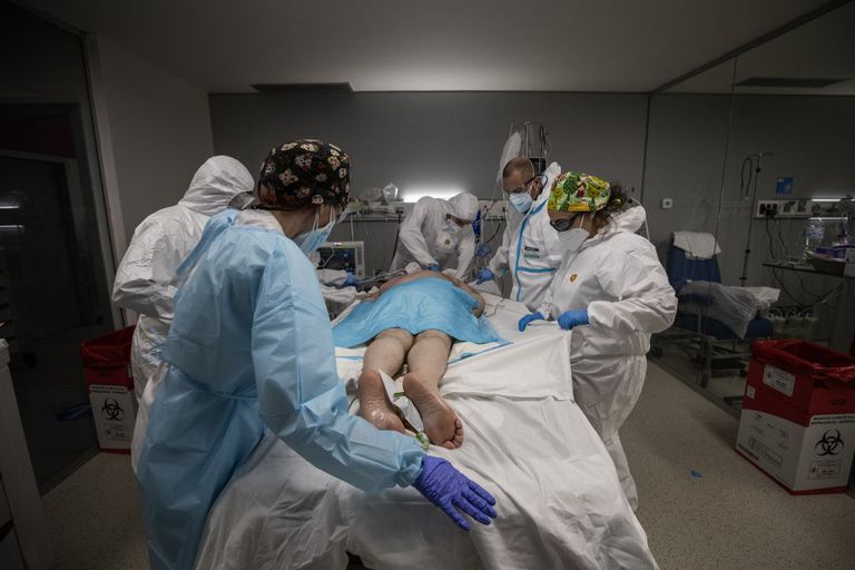 Health workers treating a Covid-19 patient in intensive care.