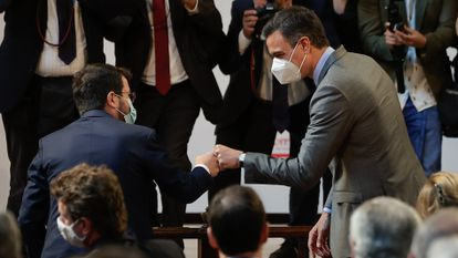 Catalan premier Pere Aragonès (l) and Spanish PM Pedro Sanchez greet each other at an event in Barcelona on Monday.