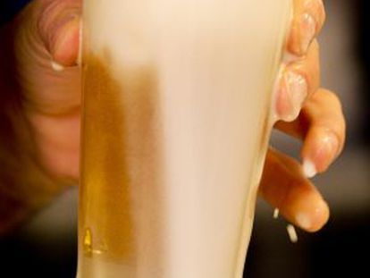 A bartender pours a beer in a Madrid restaurant.