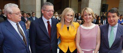 Regional premier Cristina Cifuentes (in yellow) surrounded by her predecessors Joaquín Leguina, Alberto Ruiz-Gallardón, Esperanza Aguirre and Ignacio González.