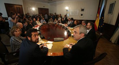 The 18 representatives of the Socialist Party, Podemos and Ciudadanos at the meeting.