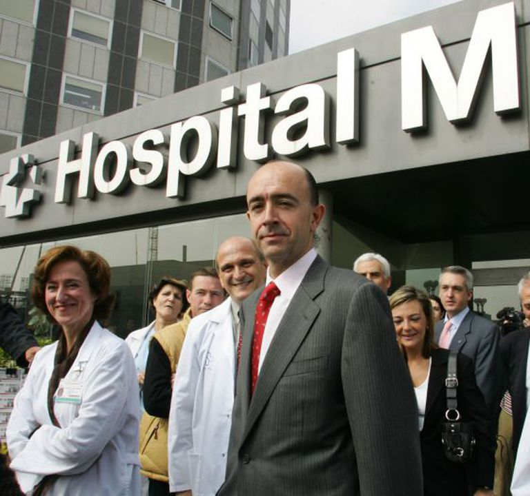 Manuel Lamela (center), now a private healthcare businessman, pictured in 2005 when he was head of the Madrid region´s department.