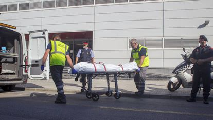 The body of Abdelouahab Taib is transported in Cornellà.