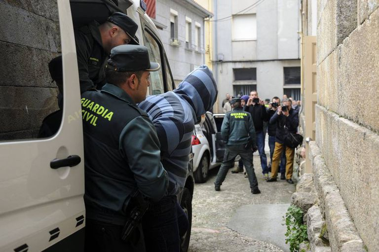 The Civil Guard with one of the suspects in the murder of the priest from Vilanova.