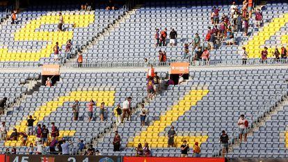 BARCELONA, 29/08/2021.- El público abandona el Camp Nou tras el partido de la tercera jornada de La Liga disputado esta domingo en el Camp Nou entre el FC Barcelona y el Getafe CF. EFE/ Toni Albir
