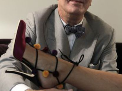 Canarian shoe designer Manolo Blahnik shows off a creation inspired by Spain.