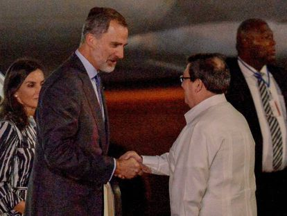 The monarchs are greeted by Cuba's Minister of Foreign Affairs, Bruno Rodríguez.