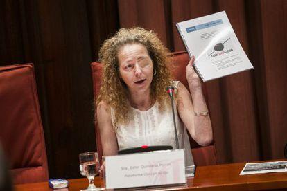 Ester Quintana addressing the regional parliament of Catalonia.