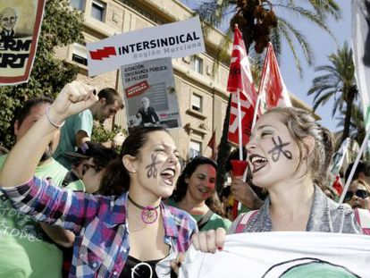 Students demonstrating against public education cutbacks and the government's reform plans in Murcia.