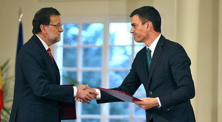 Rajoy (l) and Sánchez shake hands after signing the anti-terrorism pact at La Moncloa on Monday.